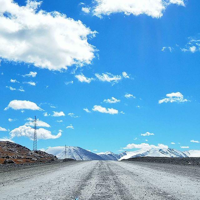#Kyrgyzstan   #Asia  Camino a la región de Arabela, en Kirguistán. Un valle situado a 4.000 metros de altura que te dejará, literalmente, sin aliento.