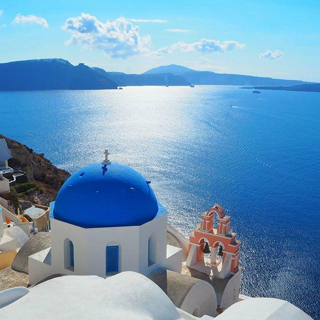 #Santorini   #Grecia   #Greece  La clásica y fotogénica caldera de Santorini, vista desde la ciudad de Oia. La isla helénica es la antigua Thera y, para algunos estudiosos, la legendaria Atlántida.