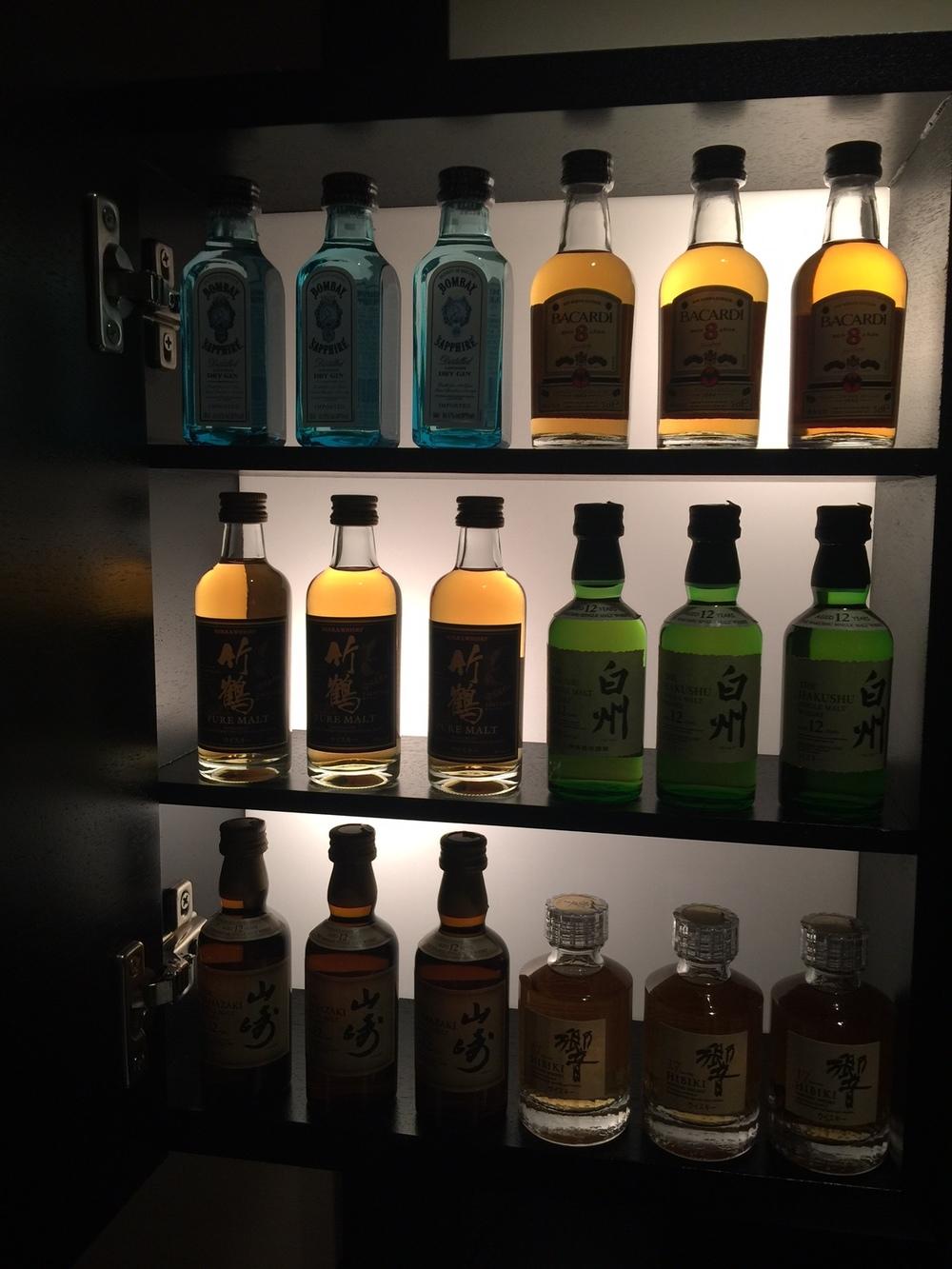 Sake og japansk whiskey i minibaren.
