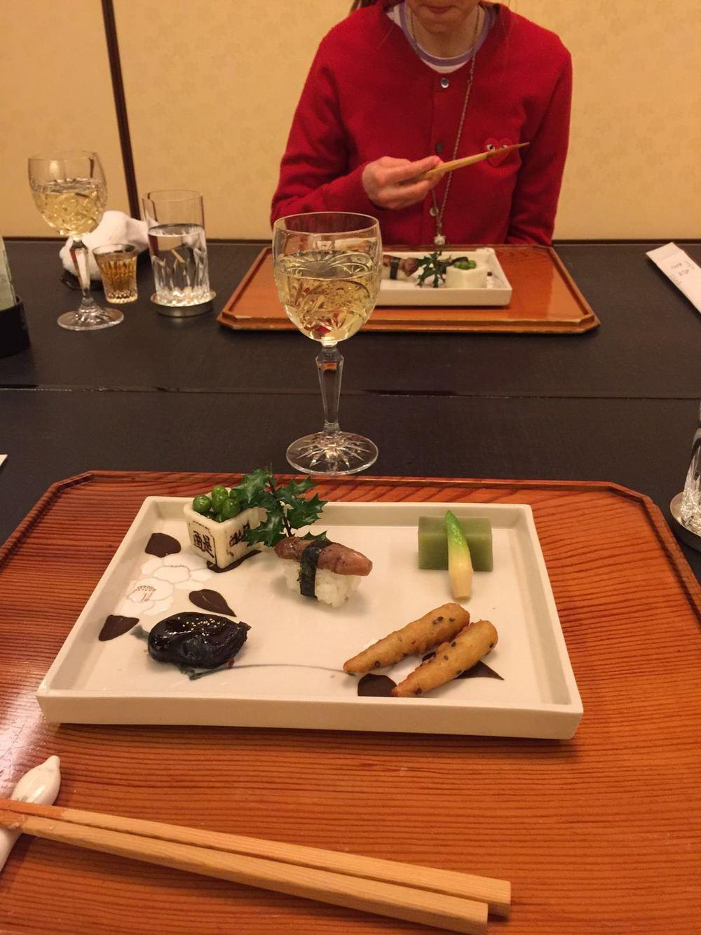 Sushi med sopp, en riskube med erter, en ekstremt søt grønn geléaktig klump og frityrstekte gulrøtter.
