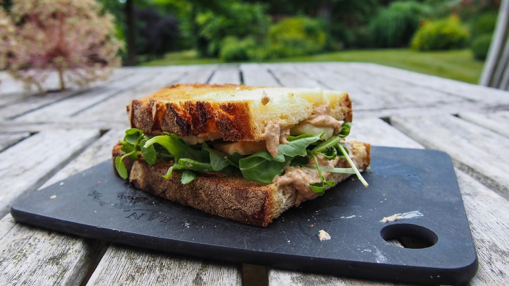 halloumis hummus sandwich