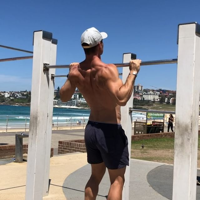 As a result of my recent neck injury, I've been unable to train the way I normally do and have had to regress a bunch of my upper body movements.  I'm still trying to rebuild the strength and muscle size in my poor atrophied muscles (😩) so here's what I'm doing to gain chin/pull-up strength again!  Give these exercises a go if you're trying to increase your chin-up/pull-up strength 😊🙌🏼🙌🏼 1) use your legs to jump up to get your chin over the bar, keep the movement controlled on the up AND down, using upper body as much as possible.  2) jump up, hold at the top- chest to bar for 5 seconds then slowly lower yourself down to full dead hang 😊 . 📷 @denysbondi  #pullup #chinup #bondi #outdoorworkout