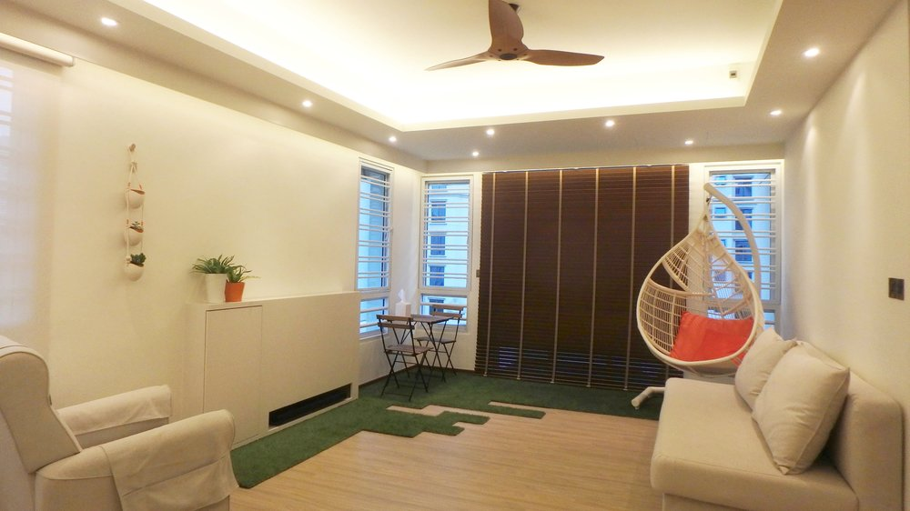 The artificial grass sends out a playful vibe and acts as a huge floor mat, trapping dust as the children wander in and out of the balcony. The TV is neatly concealed using a TV lift system.