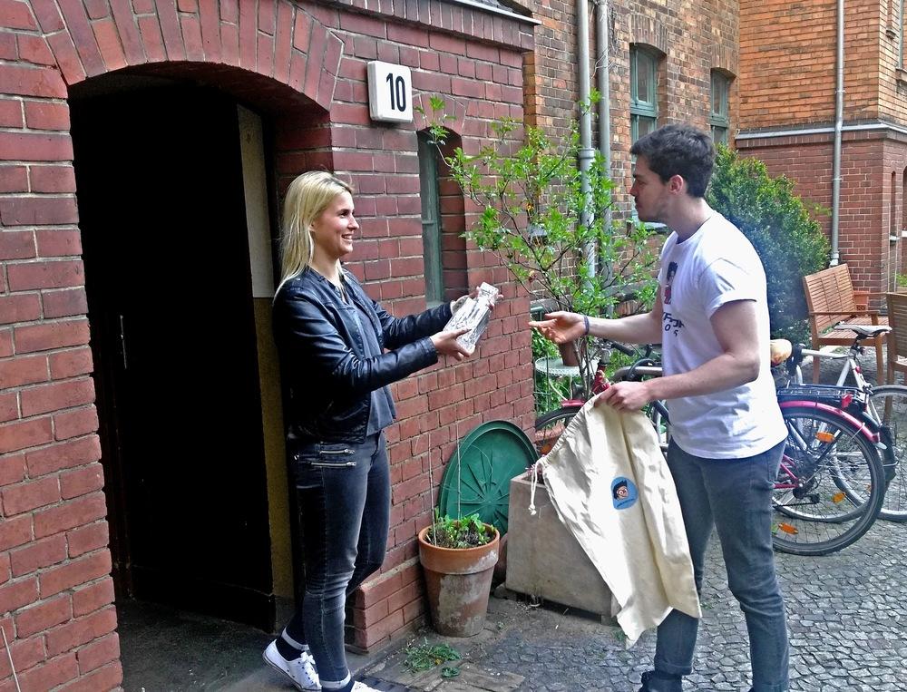 Berliner können ihre unverpackten Sendungen ab sofort an der Haustür einem Packator HERO übergeben.