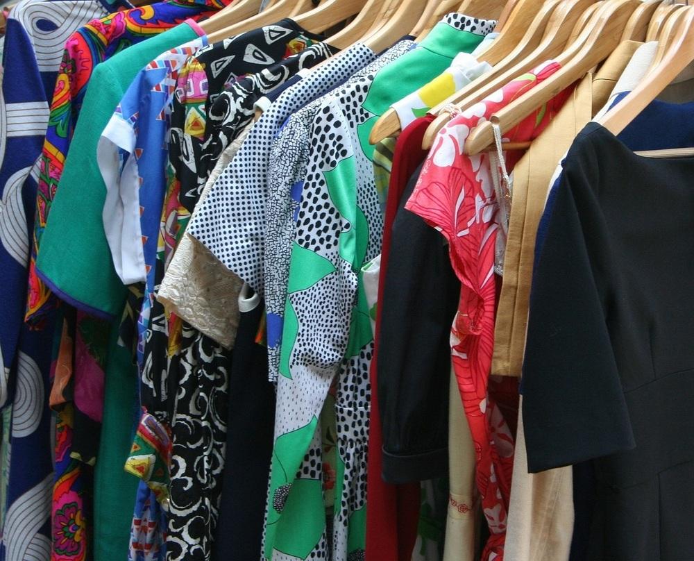 Kleider ausmisten und online verkaufen so leicht wie nie: Packator holt ab, verpackt und versendet.