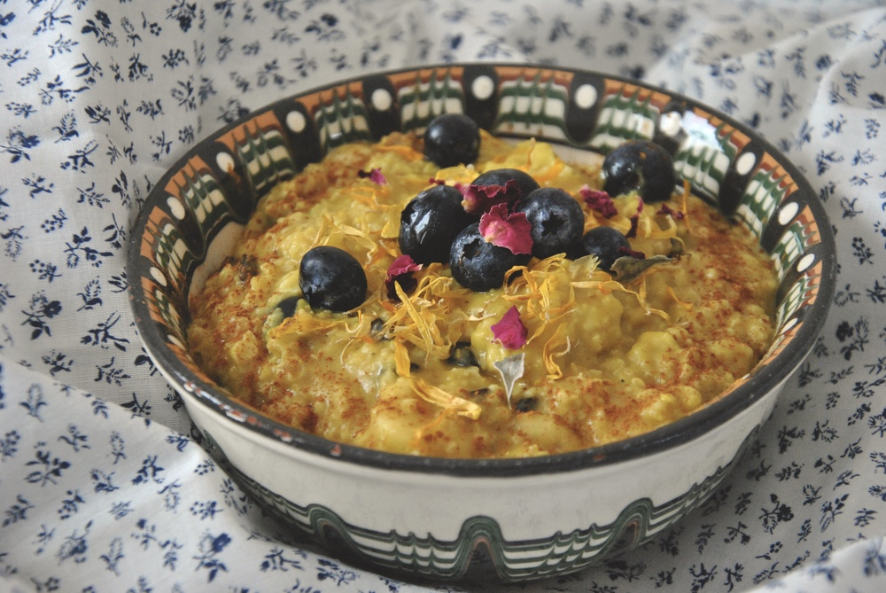 golden-turmeric-porridge-blueberries-banana