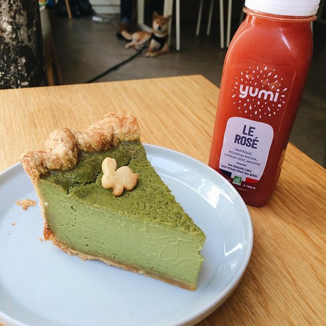 It's finally matcha pie this week! We have a limited edition cold pressed @yumidrinks juice also. #matchapie #pieoftheweek #yumidrinks #lerose and yes, that is @yoko_chan_shiba in the back 😉