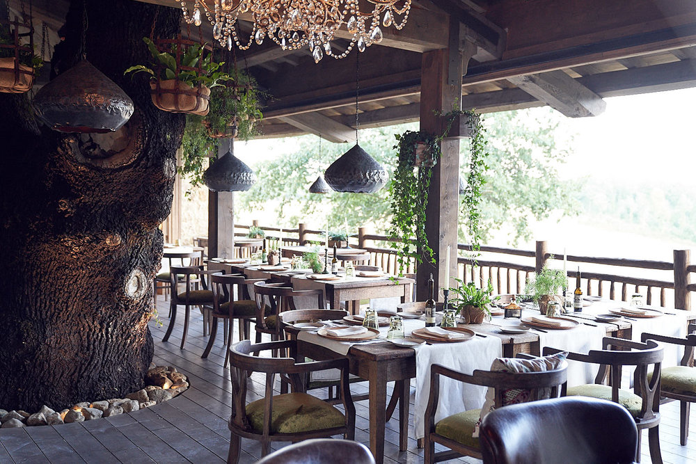 The centre feature is the enormous trunk of the 700 year old black oak tree that grows right through the heart of the restaurant.