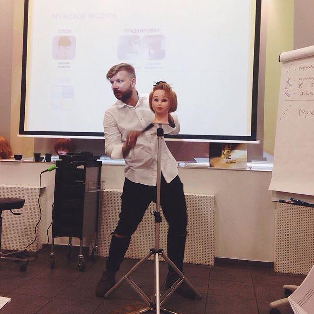 Креативный директор #cropsalon Андрей Ромашов делает свою работу легко и красиво. Это тот случай когда нравится не только результат, но и завораживает сам процесс. Семинар по стрижкам в академии Ask Swarzkopf  в Нижнем Новгороде.