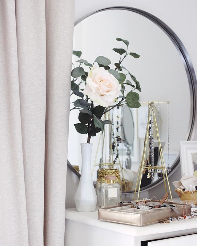 I switched out my grey velvet curtains back in the spring for these lighter beige curtains thinking I might switch back in the fall, but I don't think I'm ready to go back to the velvet just yet. ❤️ The lighter colour helps brighten these gloomy November days and looks lovely with my favourite faux rose (the only plants I can keep with a cat who loves to chew green growing things 😜). What helps you keep the gloom from creeping in? #novemberskies #falllove