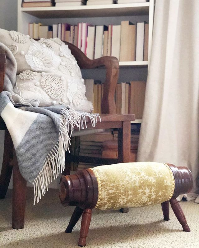 A cozy corner for a dreary day 💛 I finally finished trimming the foot pig a few weeks ago - that nail head trim & I had a wee fight 🙈 - and am so happy with how it turned out! The reggio velvet from @tonicliving is just what it needed. #hyggehome #cozifications