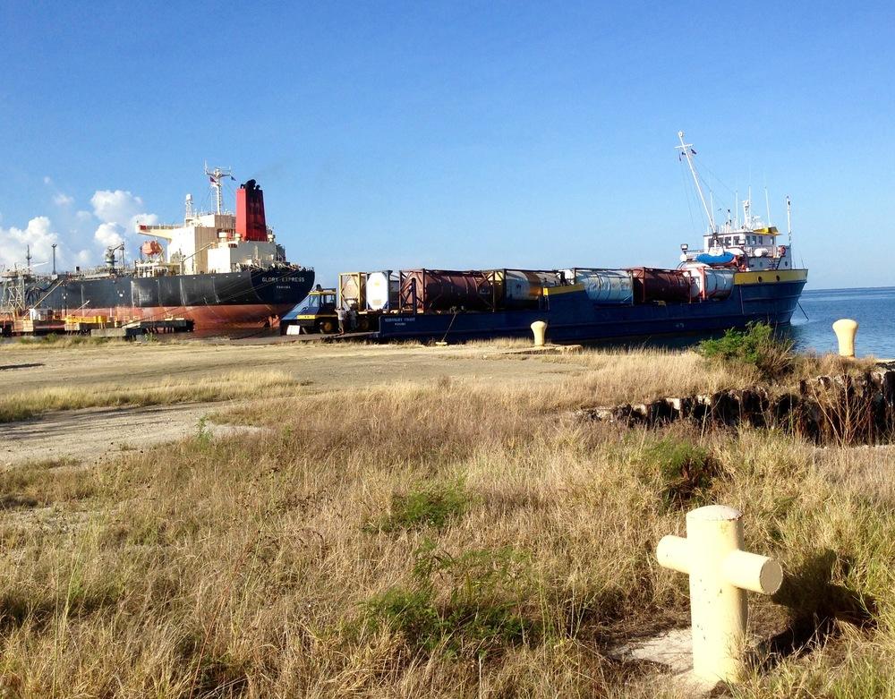 Midnight Coast desembarcando carga en Guayanilla . Otra de nuestras embarcaciones chárter lista para salir a los puertos del Caribe que servimos regularmente y a lo largo de la isla.