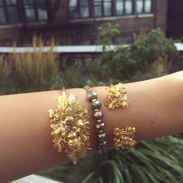 Highlining at da city 🌾🐝#thatneversleeps #ezkarren #beesandstuff #enjambre #jewellery #jewelry #mexican #design #gold #bracelets #mexicanjewellery #bees #newyork #nyc #highlinenyc #highline #highlining #joyeriamexicana