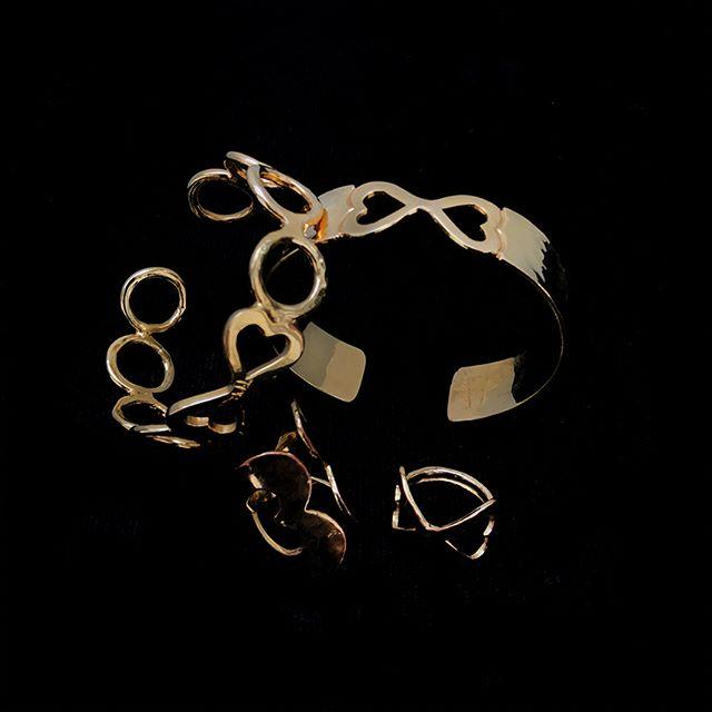 La joyería en baño de oro nunca falta en una colección. El contraste que provoca el color dorado en prendas de color negro nos encanta ¿ Y a ti ? . . . #jewerly #jewels #fashion #accesories #love #style #lifestyle #fashionjewerly #alinebortoloti #luxury #jewelrydesign #loveit #cross #crossjewelry #pinkgold #letters #byalinebortoloti #meaningfuljewelry