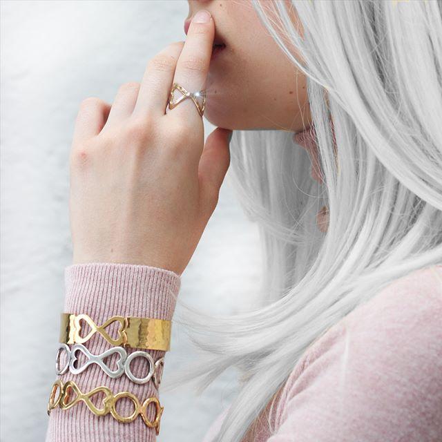 La joyería en baño de oro nunca falta en una colección. El contraste que provoca el color dorado en prendas de color nos encanta ¿ Y a ti ? . . . #jewerly #jewels #fashion #accesories #love #style #lifestyle #fashionjewerly #alinebortoloti #luxury #jewelrydesign #loveit #cross #crossjewelry #pinkgold #letters #byalinebortoloti #meaningfuljewelry