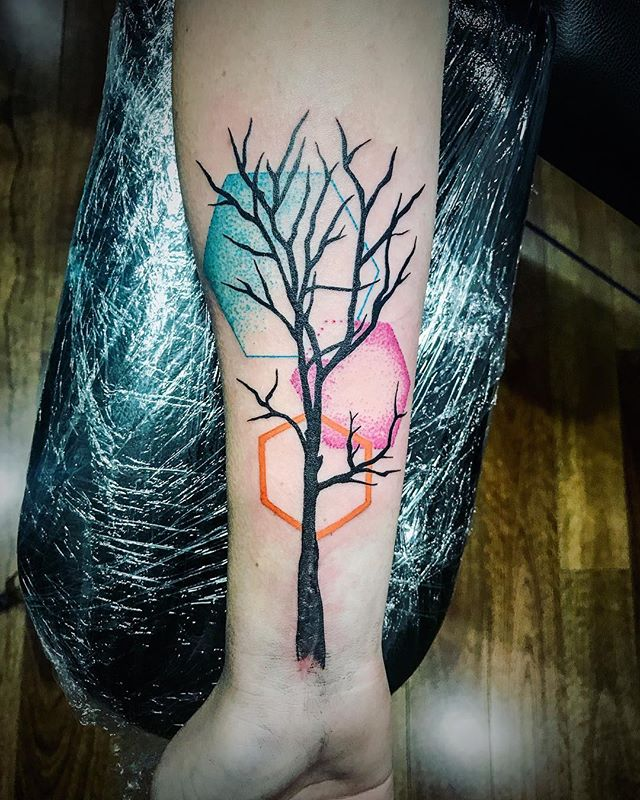 By @misseliesha Client own artwork, covering a nasty scar from a moto accident, with my little spin :) very personal and meaningful tattoo for K. Lovely to meet you. Hope to see you again soon.  #tattoo #bulimbatattooist #treetattoo #colourtattoo #dotwork #dotworktattoo #satlikeachamp