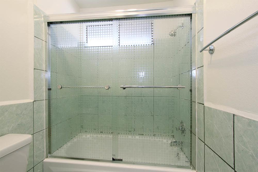 web.bath2_tub.jpg