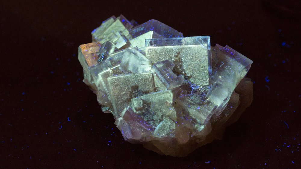 A wonderful piece. Fluorescent zoned fluorite with well terminated crystals.