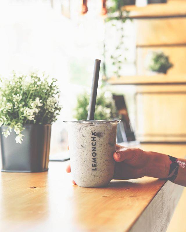 Have you already tried our new Creamy Black Sesame Latte? It's creamylicious!  #lemoncha #teabar #sesame #latte #yummy #geneva #nyon #drink #cocktail #blacksesame