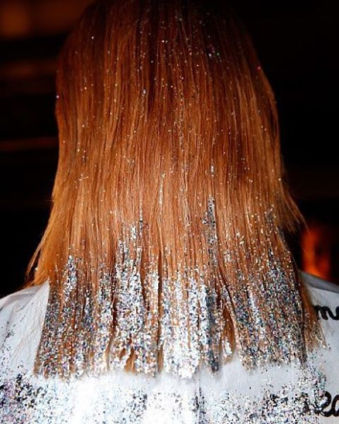 Want to wear sequin dress for Christmas? Better try glitter on your hair! Totally chic and pimpandpreen! 21 DAY TO GO! #christmascountdown #christmas #glitter #silver #amazing #hair #inspiration #hairinspo #sparkle #chriatmaslook #hairdo #amazing #beauty #fashion #makeup #makeupaddict
