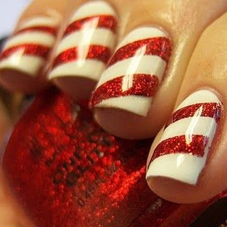 This Christmas don't forget your nails and puts one sparkle on them! We love candy cane so why not make our nails look like it💅 it's 17 DAYS TO GO! #christmas #nailsinspo #christmaslook #makeup #makeupaddict #glitter #sparkle #nails #amazing