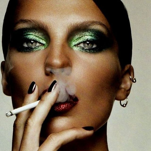 Makeup inspiration of the day! This Christmas try festive green smoky eyes. But of course, with shimmer 💫 #christmaslook #christmas #christmasinspo #makeup #makeupinspo #amazing #sparkle #glitter #makeupaddict #festive #beauty #fashion #model #dariawerbowy #eyes #eyeshadows #cigarette #woman #face