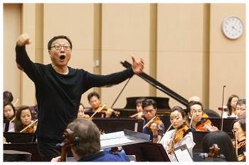 Bright Sheng rehearses  Rising Moon .
