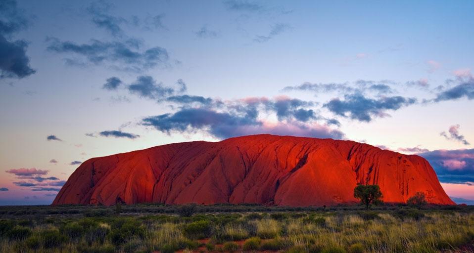 Vista tradicional de Uluru en las planicies australianas.