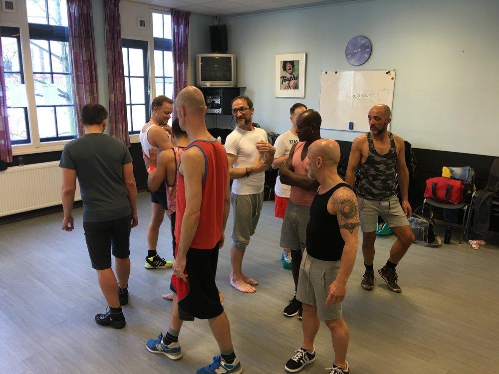 Alfredo aan het werk met de dansers.