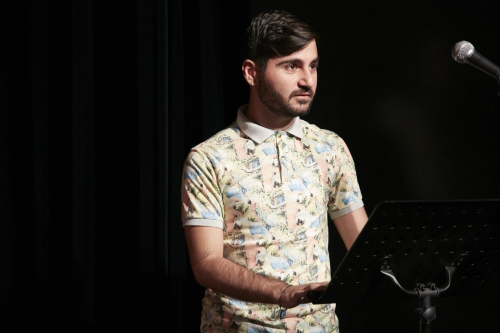 Theatershow - juni 2016 - Armenco leest een gedicht voor tussen twee nummers.