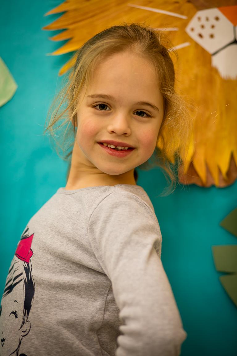 """Eva Klovas (7 metai) - Ji mėgsta dainuoti ir šauniausias lietuviškas žodis, pasak Emos, yra """"gimtadienis"""". Evai labiausiai patinka šokti """"Kalvelį""""."""
