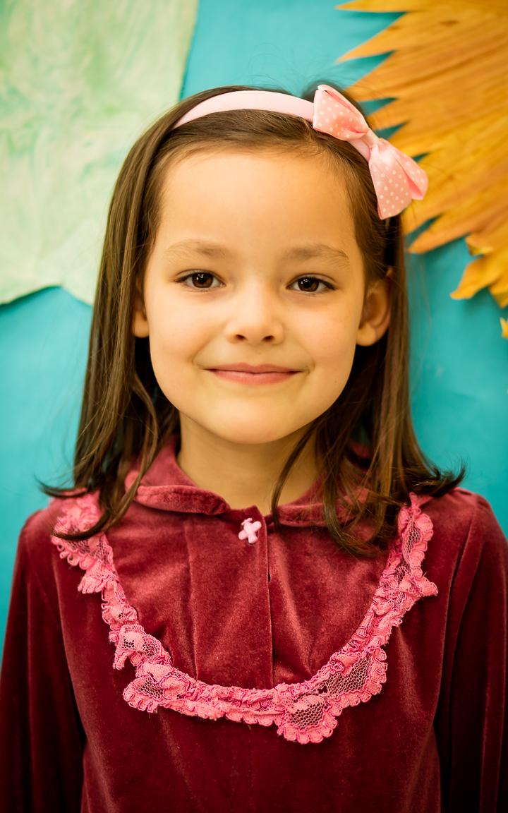 """Ula Olson (6 metai) - Mergaitė labai mėgsta skaityti, o jai gražiausias lietuviškas žodis yra """"Lietuva""""! Ula mieliausiai šoka """"Pasėjau kanapę""""."""