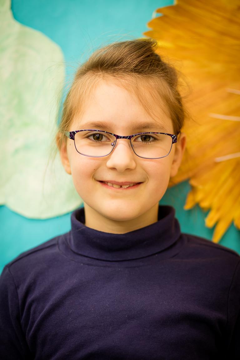"""Renata Sujeta (8 metai) - Mergaitei labiausiai patinka muzikos klasė ir svarbiausias jai lietuviškas žodis yra """"meilė""""! Renatos mėgiamiausias šokis yra """"Kalvelis""""."""