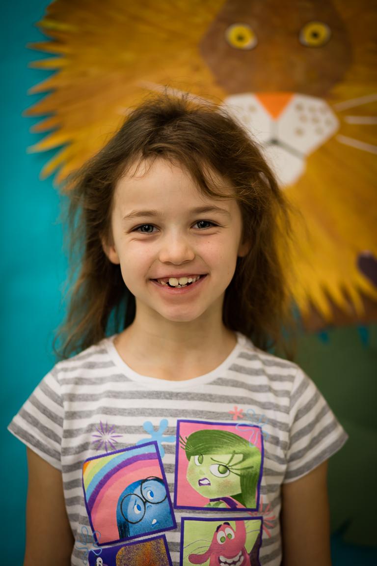 """Ema Kauffman (7 metai) - Mergaitei patinka mokytis ir žaisti kompiuteriu. Emos brangiausias žodis yra """"mama""""."""