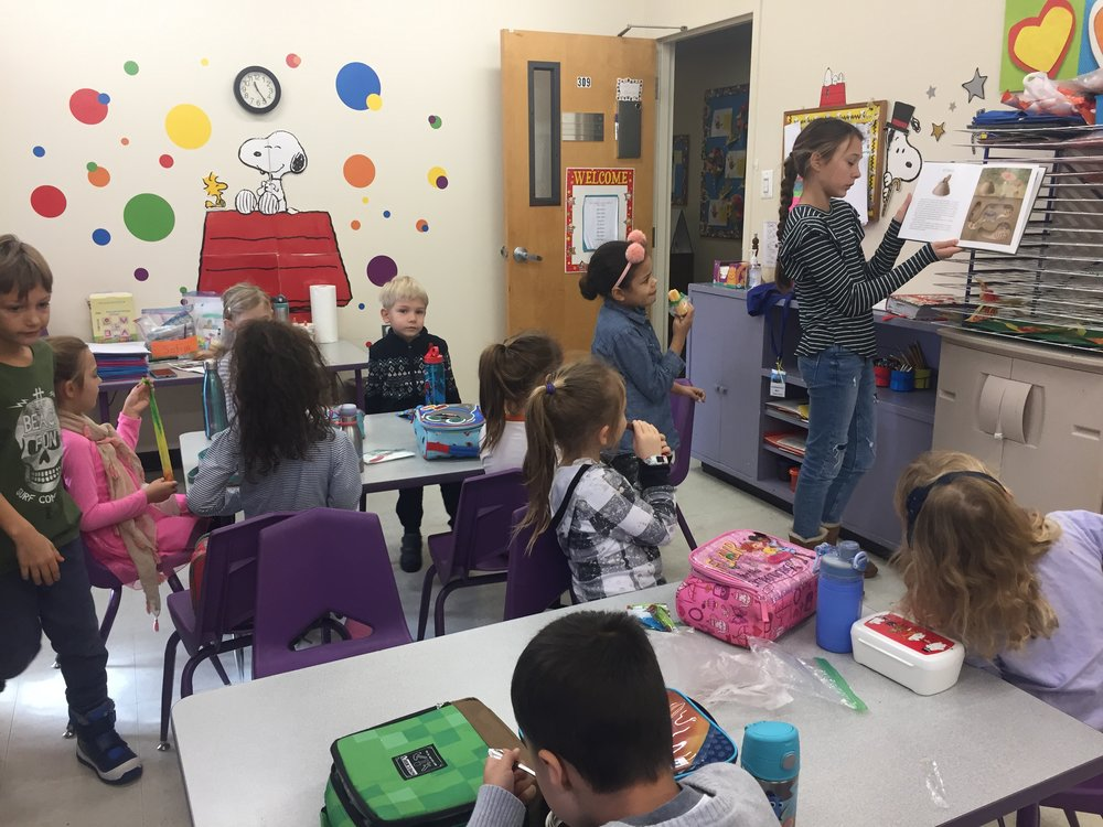 Sofija skaito vaikams.JPG