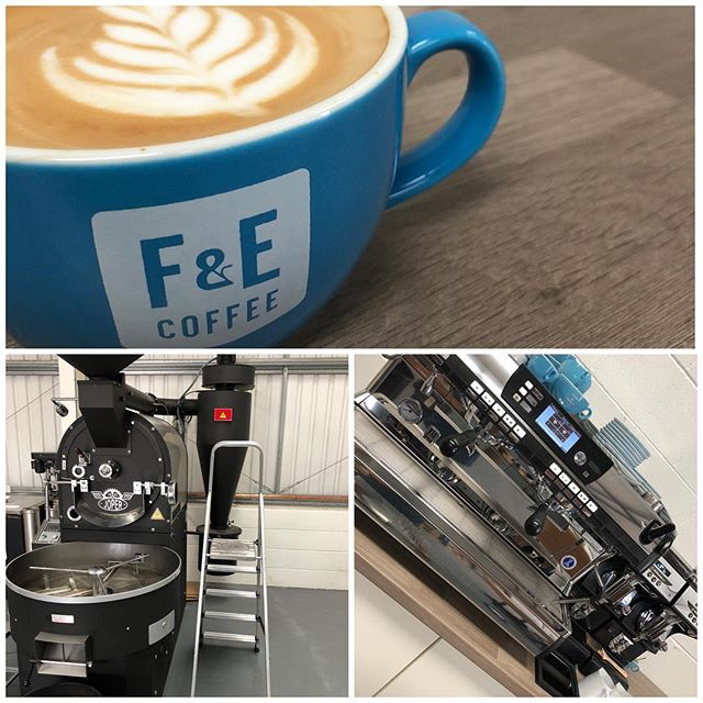 Roaster on ✔️ Espresso machine on ✔️ Coffee in hand ✔️ Let's go 💪  #Fandecoffee #latteart #joper #nuovasimonelli #espresso #specialitycoffee #singleorigin #singleorigincoffee #latte #coffee #coffeeroaster #hotcoffee