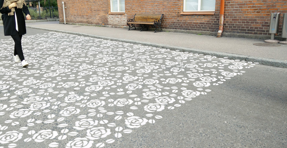 Kuvio pohjaa perinteiseen ruusukirjontamalliin. Kuten kirjontakuviot ovat kankaasta koholla, myös suojatiemassalla toteutettu pitsikuvio olisi koholla asfaltin pinnasta.Visualisointi teoksen ilmeestä.