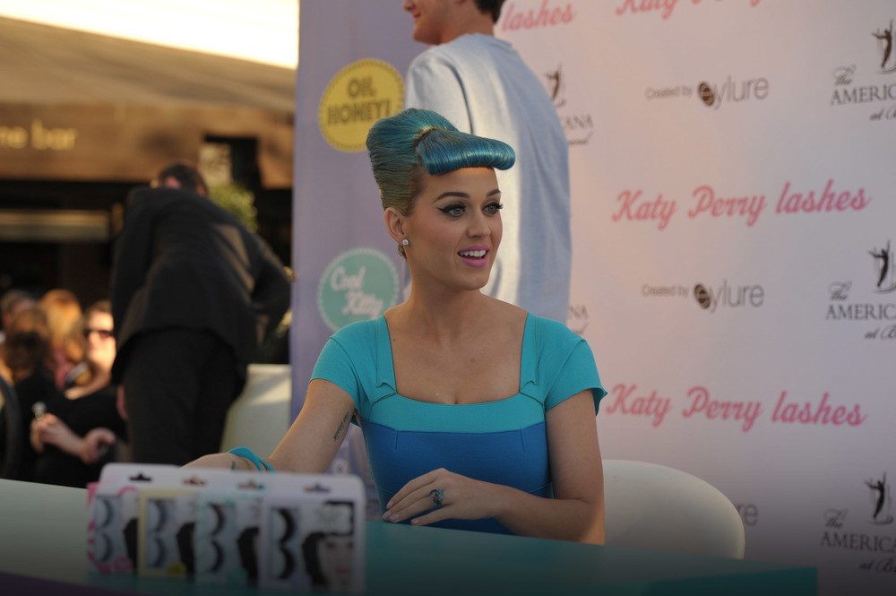 While the pop-up shop kept guests entertained, Katy signed boxes of eyelashes for the pre-qualified guests.