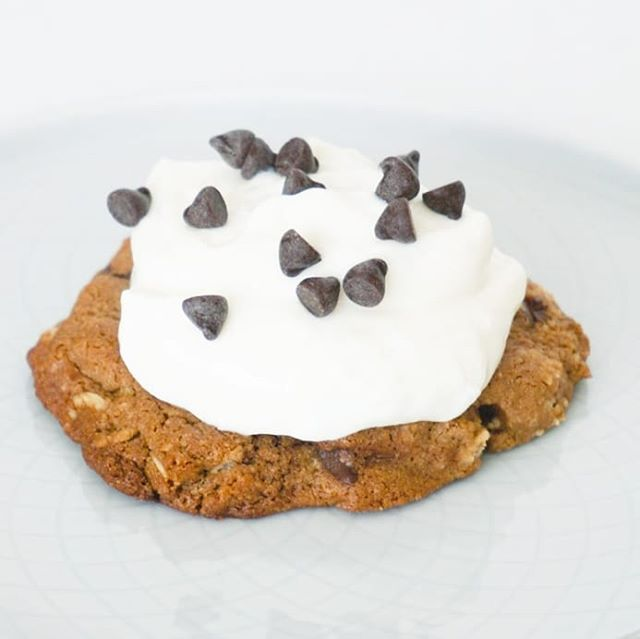 Delicious Monday breakfast to start the week on a yummy note! A baked Oatmeal Chocolate Chip Cookie topped with @thecoconutcult and some mini chocolate chips for good measure. Happy Monday 💕🍪💕🍪 if you're in SoCal find our products @lassens, @lazyacresmarket and at many other places around town or order online for nationwide delivery!