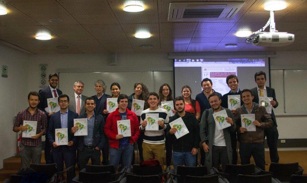 Miembros del equipo SUPUESTOS 2017-2 acompañados por los panelistas del foro sobre Perspectivas Macroeconómicas.