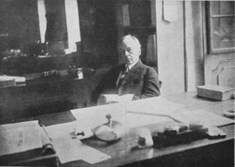 Kemmerer en su oficina del recientemente inaugurado Banco de la República. Fuente: Banrep Cultural. 2018. La Misión Kemmerer. Credencial histórica No. 184.