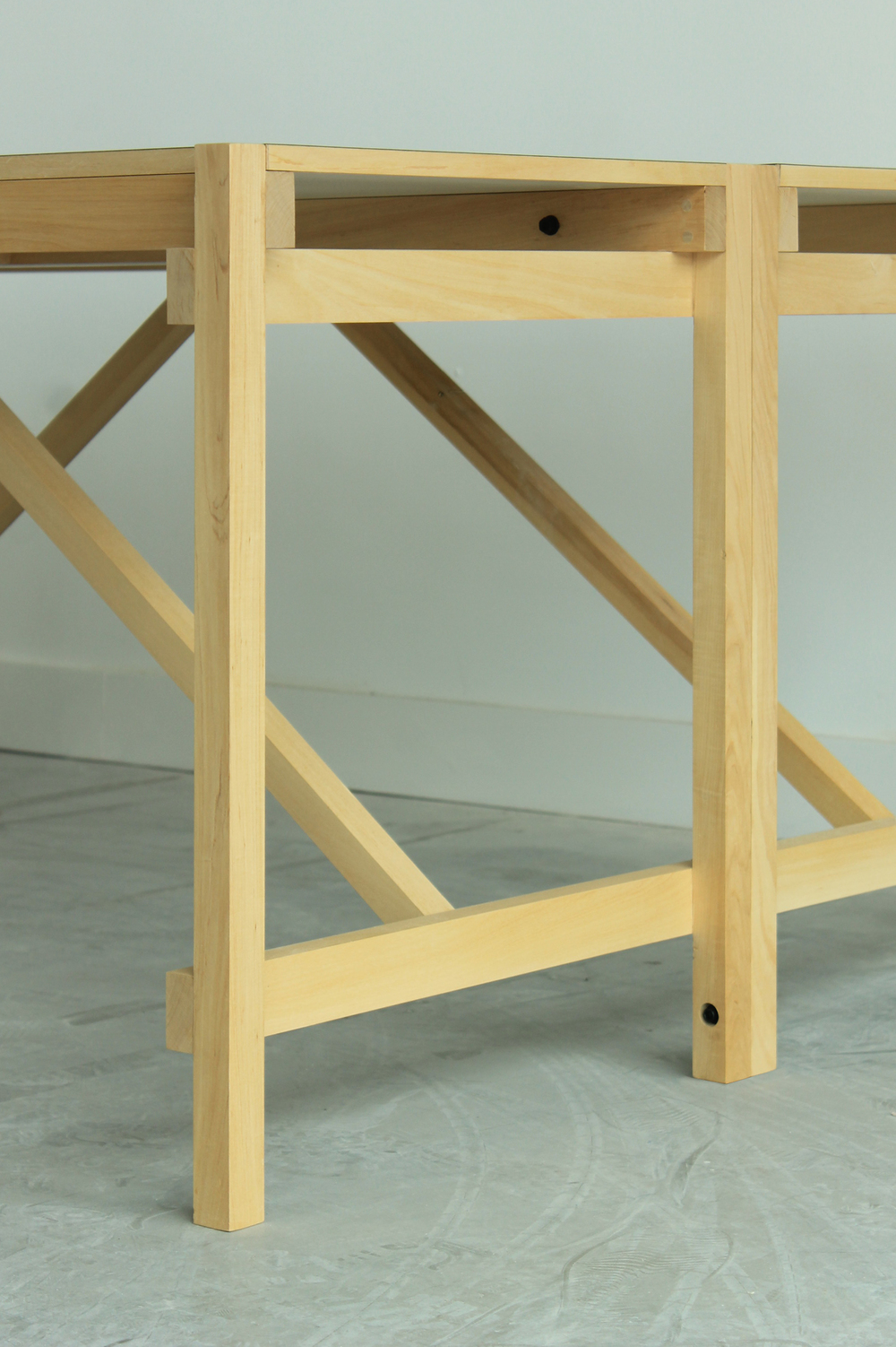 MM1700 | MM2000   Estructura de madera maciza de guatambú. Sistema de ensamble con bandeja intermedia.  Dimensiones: - 1700 x 850 x 600 - 2000 x 850 x 700  Material de tabla: mármol/vidrio/formica