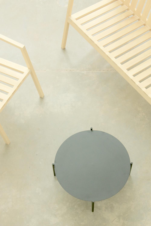 S2   Madera maciza de guatambú. Estructura abulonada ensamblable.  Dimensiones: - 1400 x 600 x 500  Terminación: lustre de cera natural