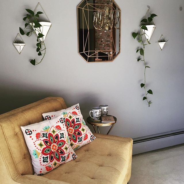 Saturday snuggle spot ✨ #welcometothezenden . . . . . #homedecor #homegoods #home #homedeco #styleinspiration #creative #creativecorner #plants #coffee #saturday #snuggles