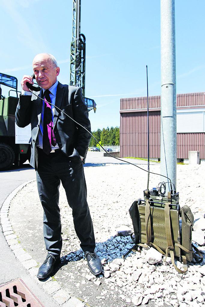 Le conseiller fédéral Ueli Maurer teste le matériel de communication en dotation à l'armée. © Keystone / Peter Klaunzer / Caserne de Jassbach / Thoune, 14 mai 2012