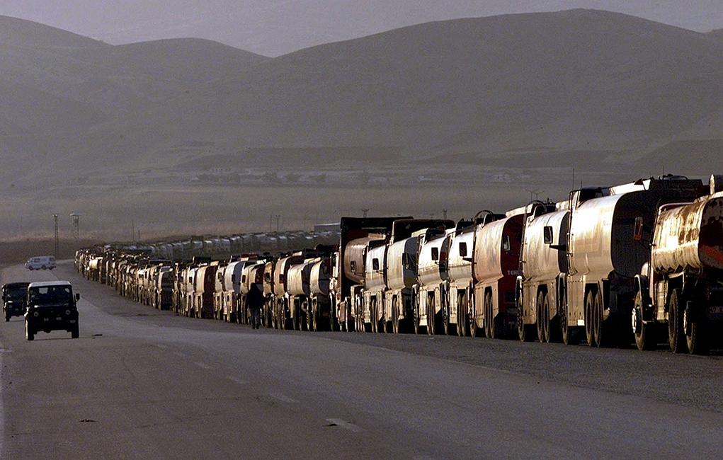La route qui part de Silopi, dernière ville turque avant la frontière irakienne, est empruntée sur plusieurs kilomètres par une interminable file de camions chargés de brut extrait du sous-sol du kurdistan irakien. © Keystone / EPA / Stringe / Archives.