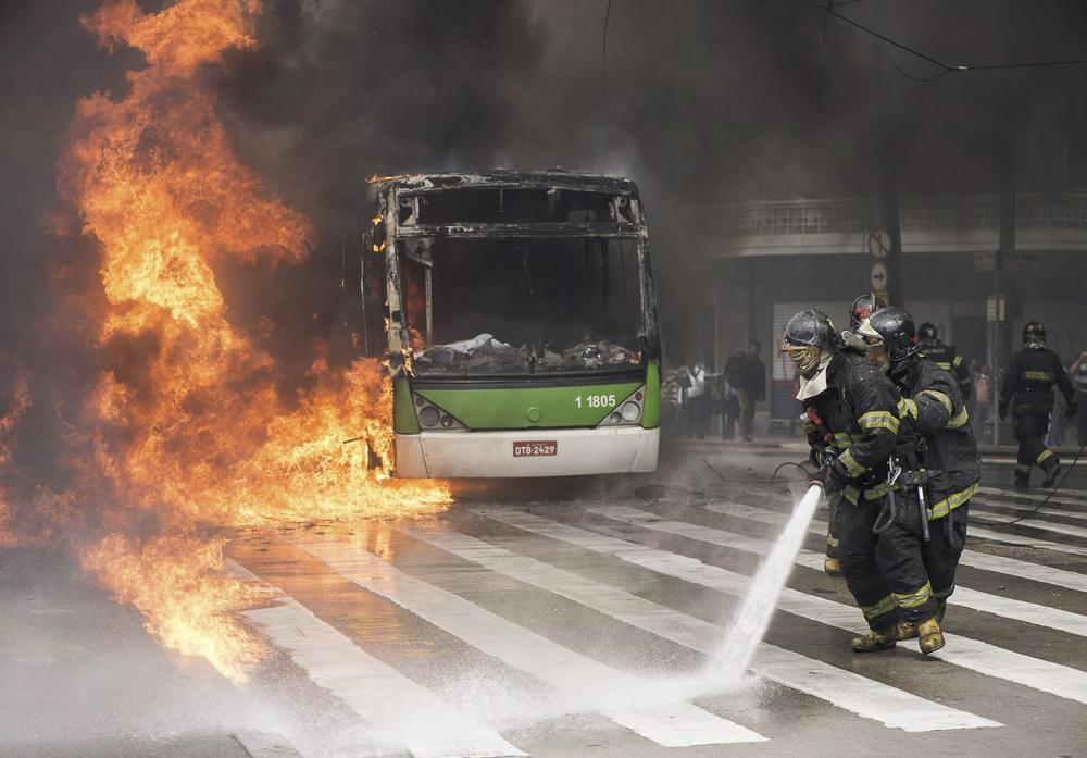 Une protestation contre les expulsions forcées de logement se mue en guérilla de rue. © Keystone / EPA / Aaron Cadena Ovalle / 16 septembre 2014