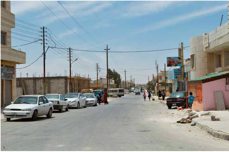La rue principale du village de Zaatari accueille la dizaine d'échoppes qui ravitaillent la bourgade.