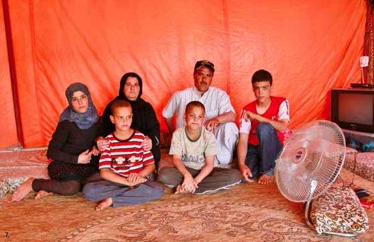 Saleh était agriculteur en Syrie. avec ses six enfants et sa femme, il vit désormais dans une tente sommaire: «je savais que mes voisins étaient ici au village de Zaatari. quand vous connaissez quelqu'un, ça vous rassure.».
