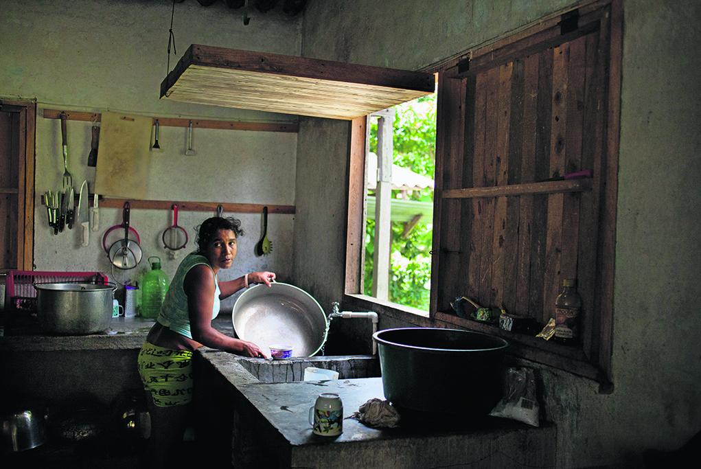 Liliana a perdu son mari. sans ressources, elle gère la cantine de la communauté.